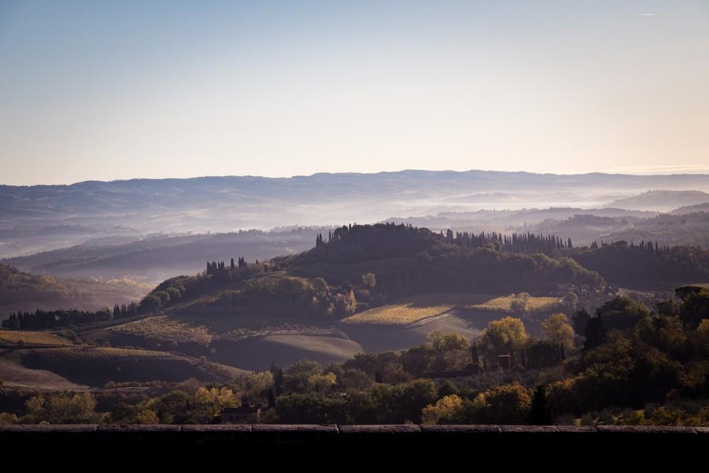 Just like in a renaissance painting the harmonious hills of San Gimignano landscape. – © Andrea Miserocchi / Italian Stories