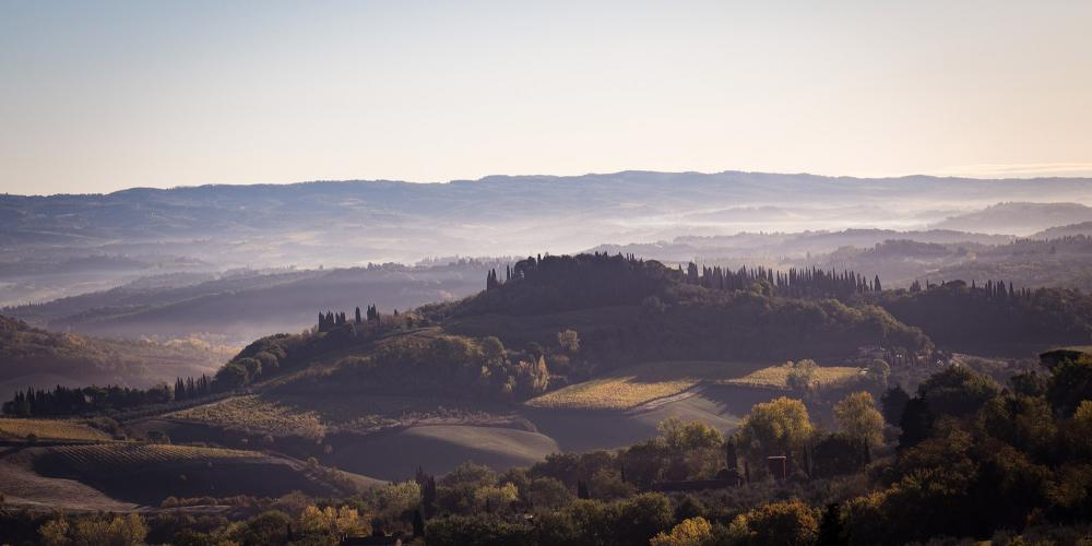 Just like in a renaissance painting the harmonious hills of San Gimignano landscape. – © Andrea Miserocchi / Italian Stories