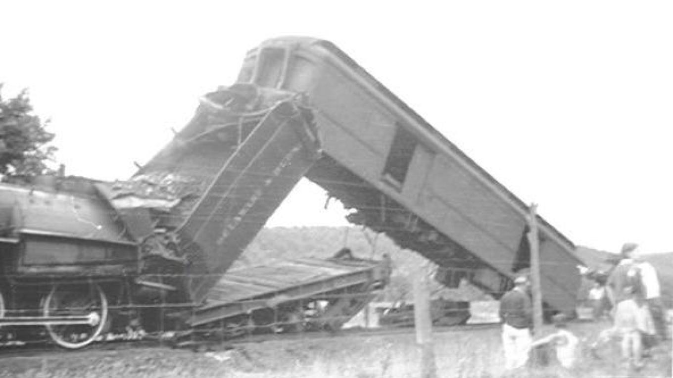 The upended coal tender buried engineer Frank Keehan. – Unknown