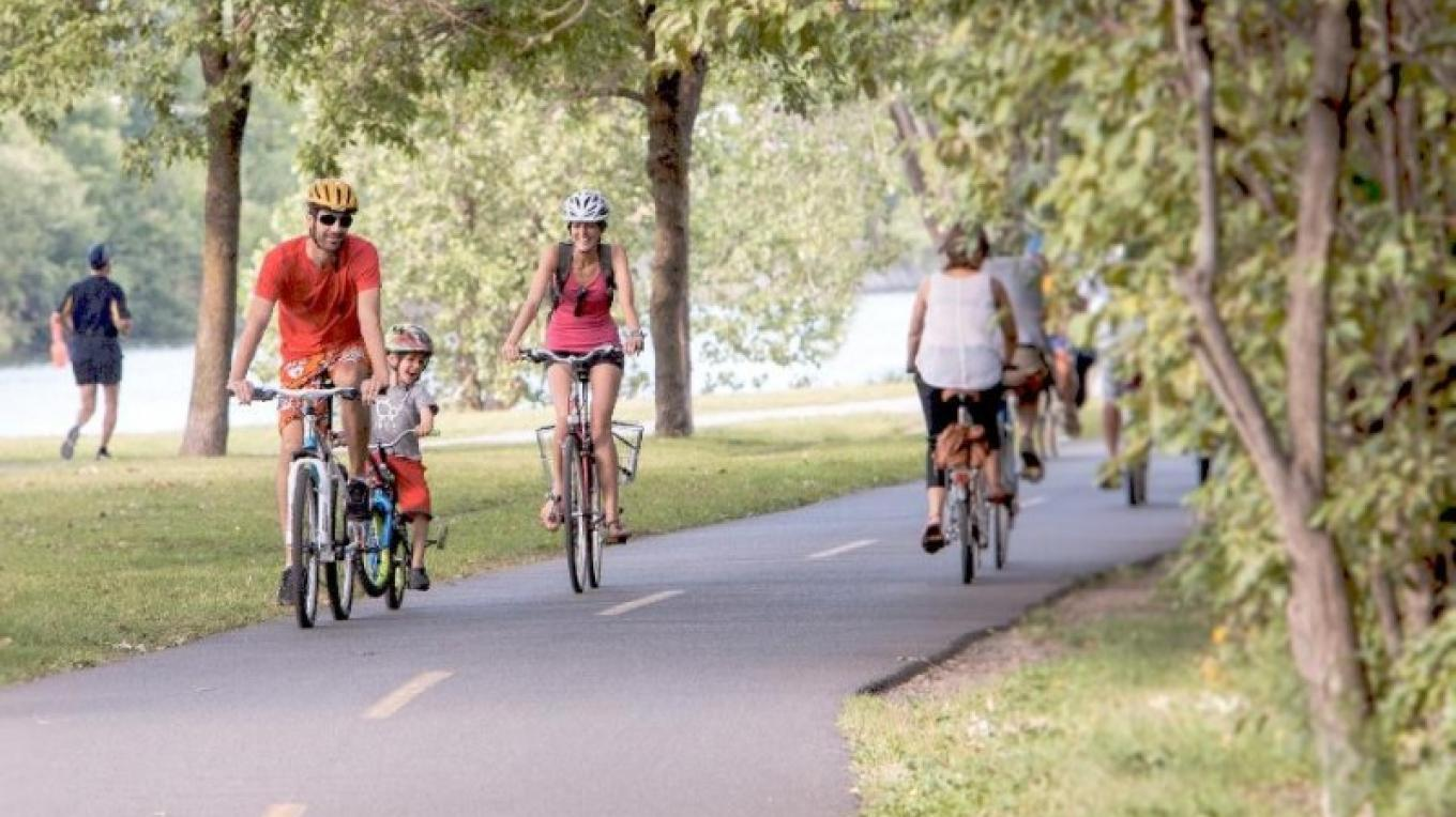 The Lachine Canal's path is shared by cyclists, in-line skaters and walkers! – Parks Canada