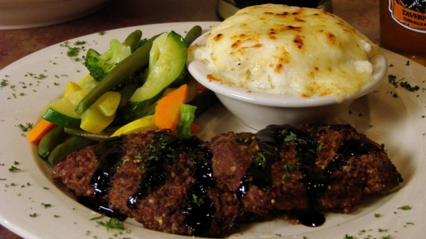 Twin petite sirloins served with garlic cheddar mashers and fresh veggies. Yum!
