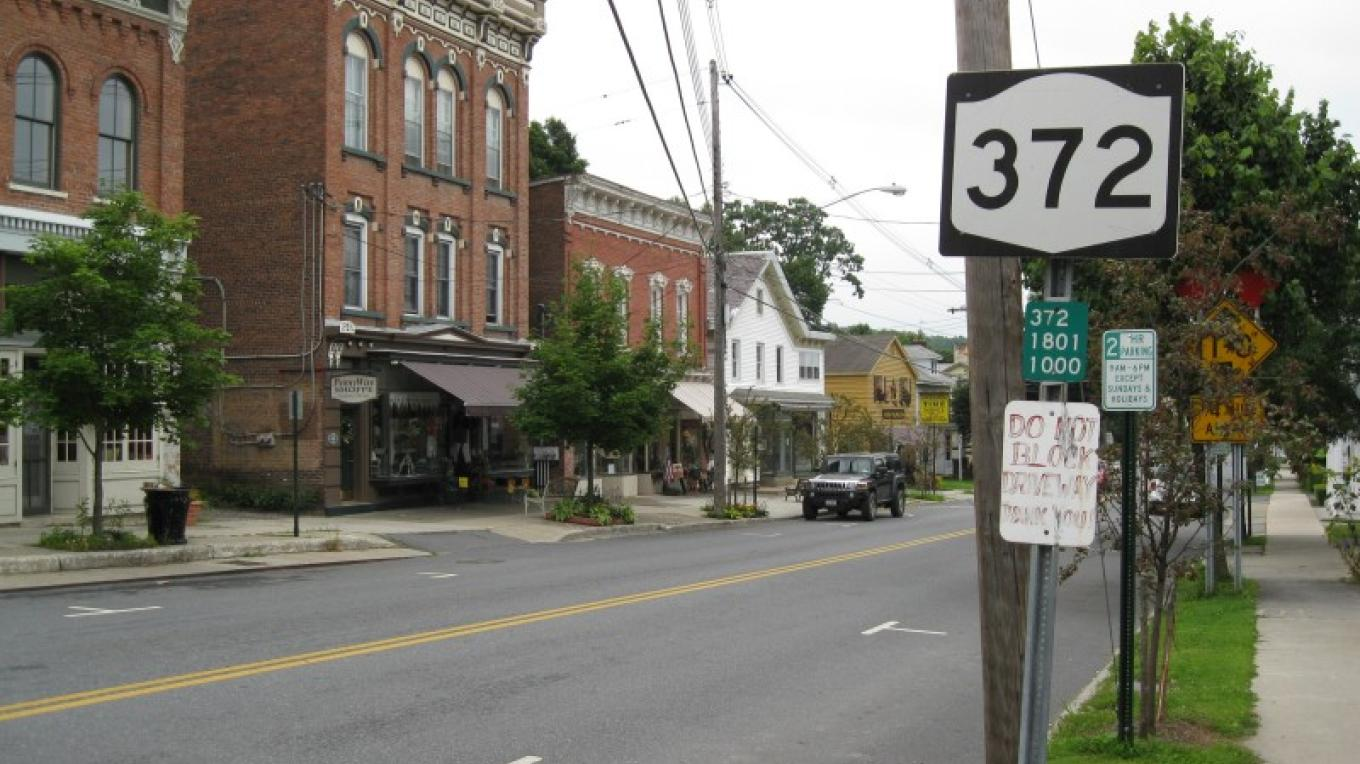 NY 372 in Greenwich – Wikimedia/ Doug Kerr