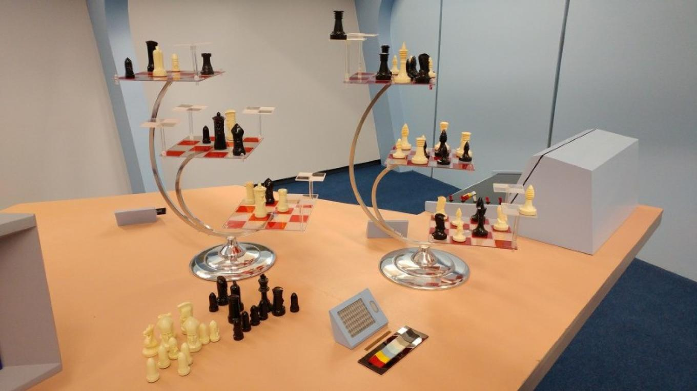 A e-D chess set in the Briefing/Rec room. – Courtesy of and copyright by Star Trek Original Series set Tour and CBS.