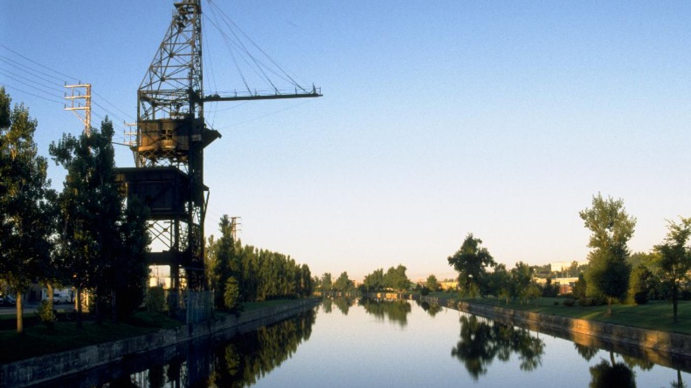 The LaSalle-Coke Crane overlooking the Lachine Canal. – Parks Canada