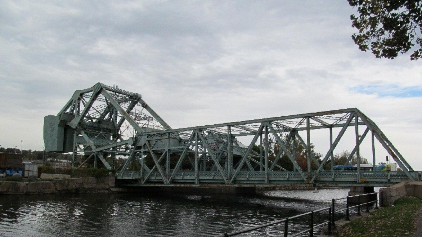 Gauron and Lafleur bridges crossing the Lachine Canal. – Parks Canada