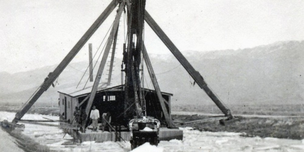 A dredge works to cut the LA Aqueduct. – Courtesy Eastern California Museum