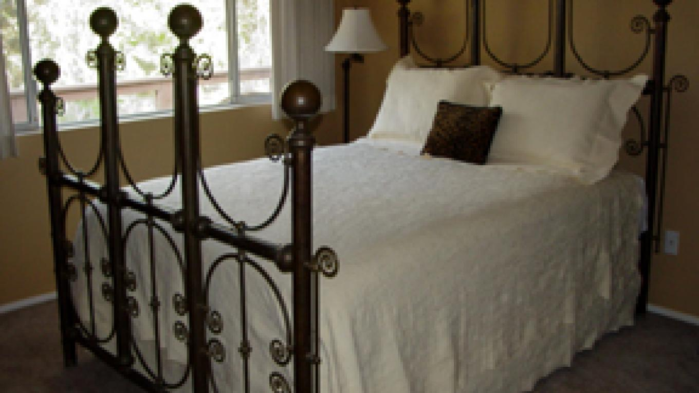 Crystal Hill room with antique brass bed – Sharon