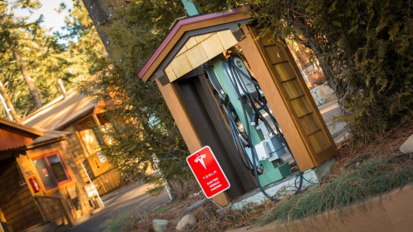 Tesla/Universal Charging Station – Cedar Glen Lodge
