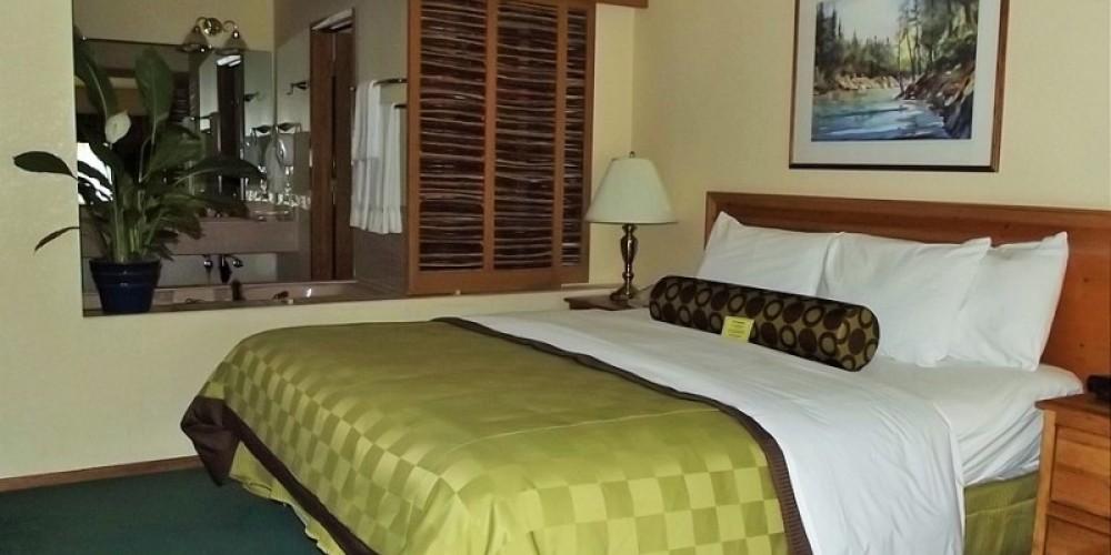 Suite Bedroom – www.basslake.com