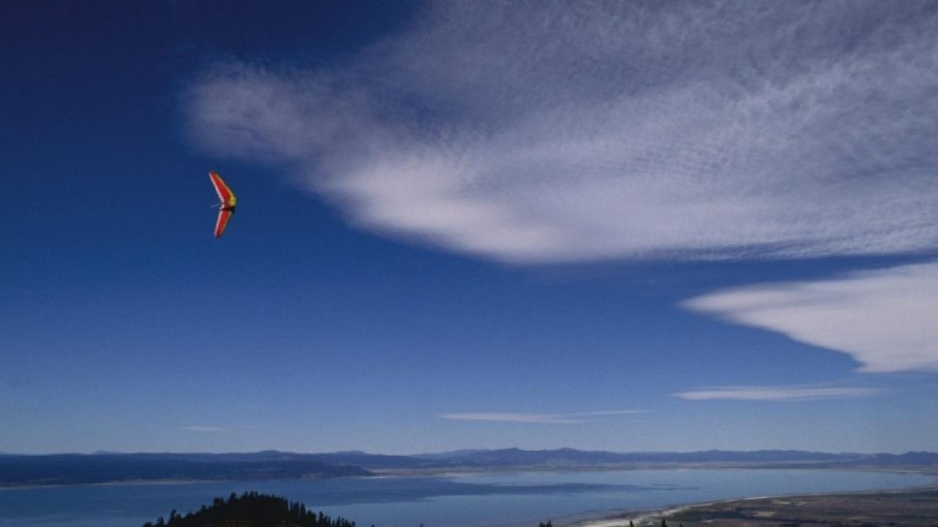 Paragliding over Goose Lake, California – wallpaperweb.org