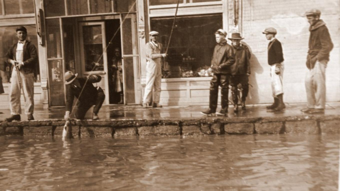 Fishing on the street in front of the Niles Hotel 1920 during the Alturas flood. – Courtesy of the Modoc County Museum