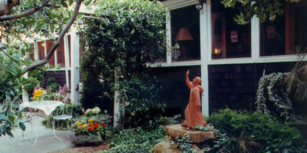 Front garden with statuary – Captured Images