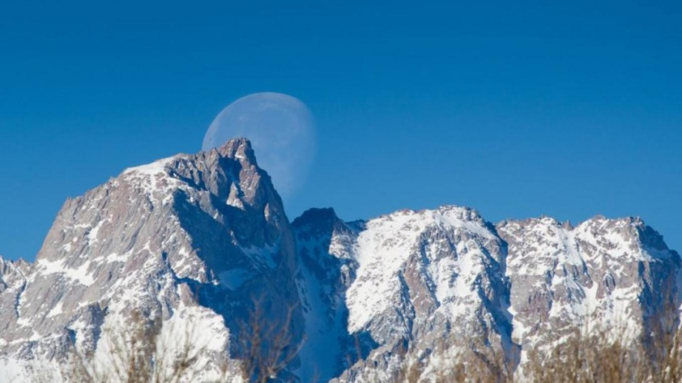 Full moon setting above Mt. Humphrey, in Bishop. – Wilson's Eastside Sports