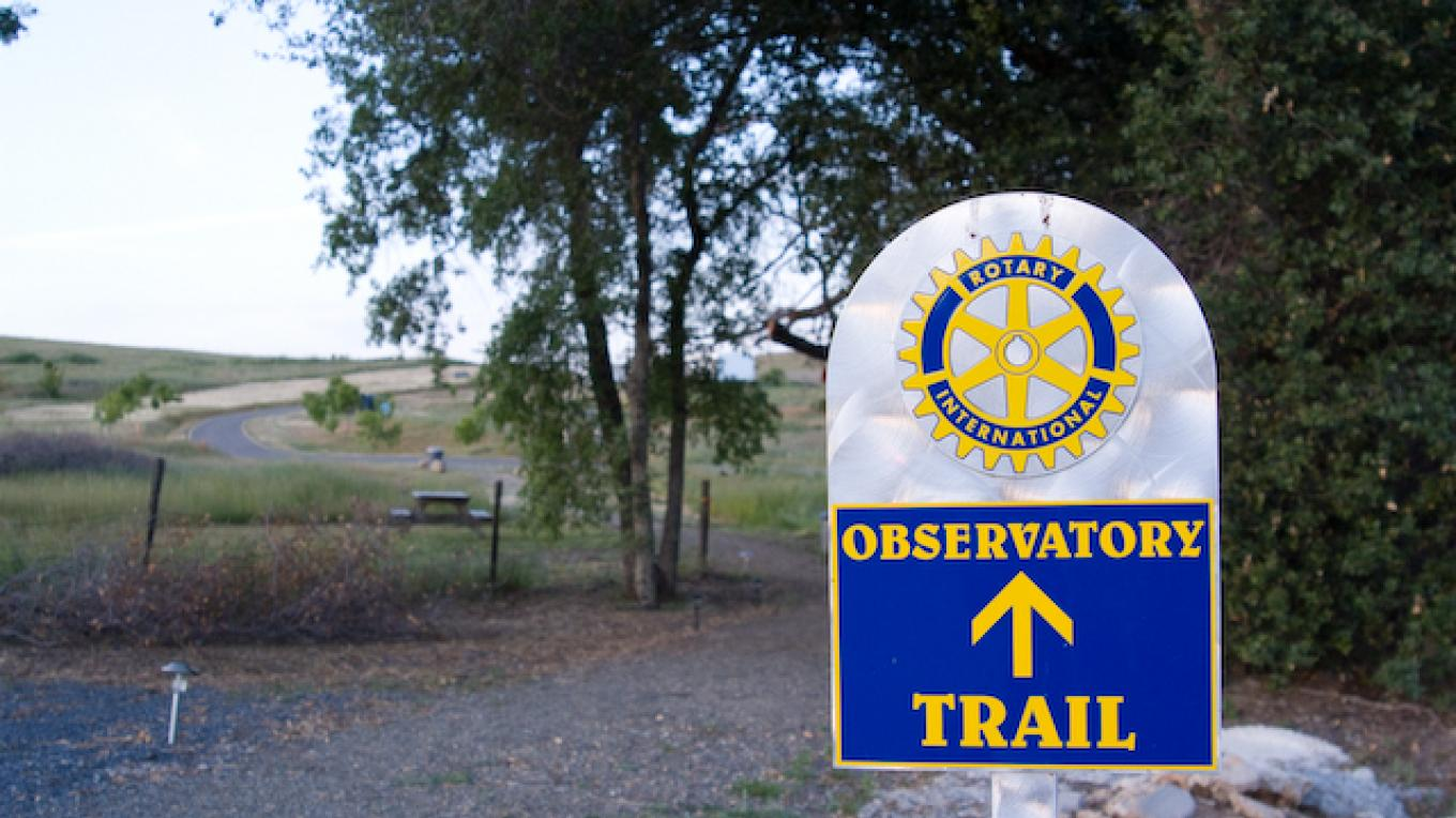The trail head leading to  the observatory. – Adale van Dam