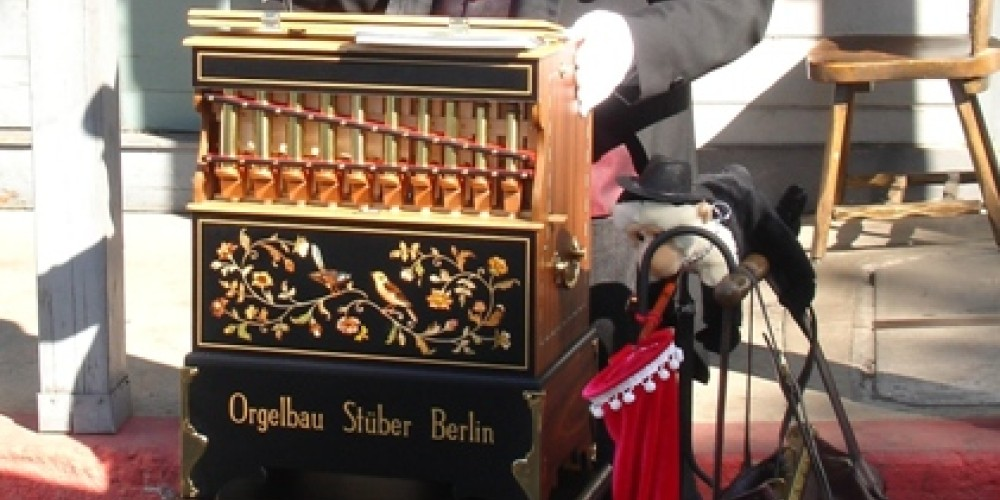 Unique organ and wonderful man, dressed to the part and loving it! – Klosowski