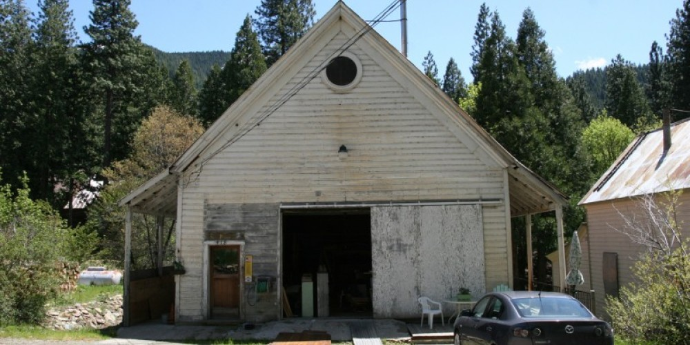 Front of the Schoolhouse before renovation, 2010. – Ryan Hemphill
