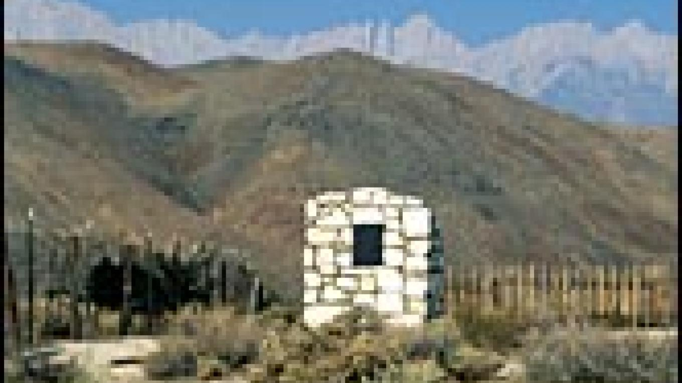 The white headstones marks the location of the mass grave for 16 of the 27 people killed in the 1872 earthquake. The site is located just north of Lone Pine. – Lone Pine Chamber of Commerce