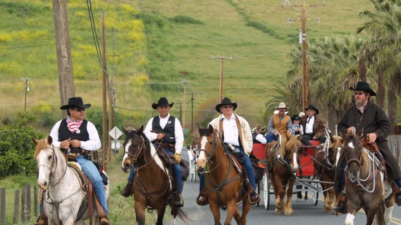 Riders, wagons and buggies make their way along Highway 190 from Porterville to Springville. – Joyce Eisenberry