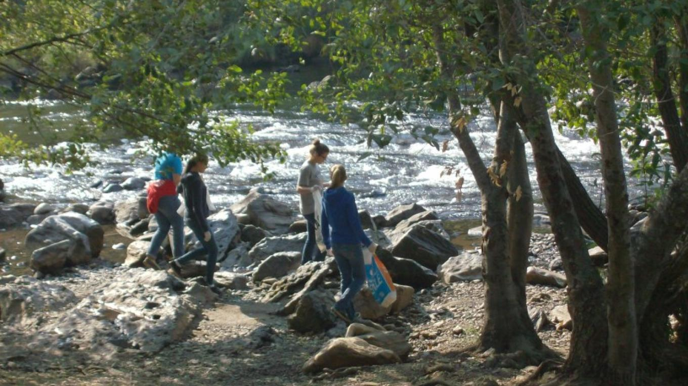 Volunteers cleaning the river banks in 2014. – Carolyn Schooley