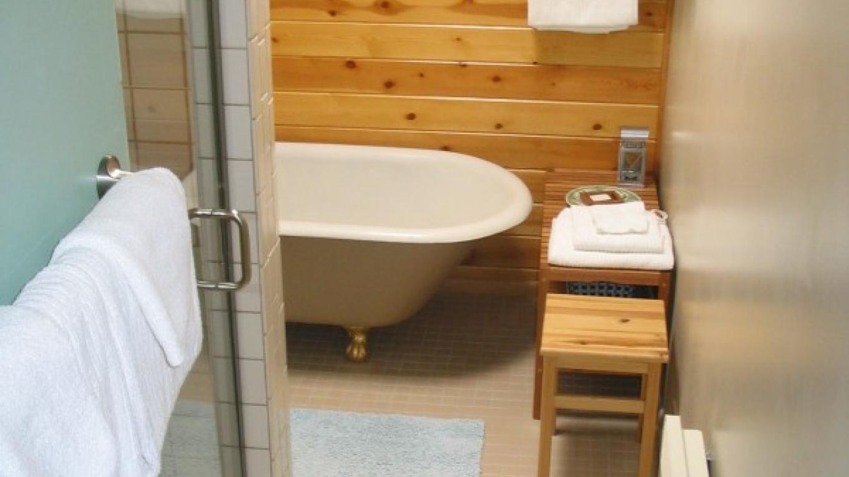 Spacious bathroom at Fivespot Cabin – Mahalia LoMele