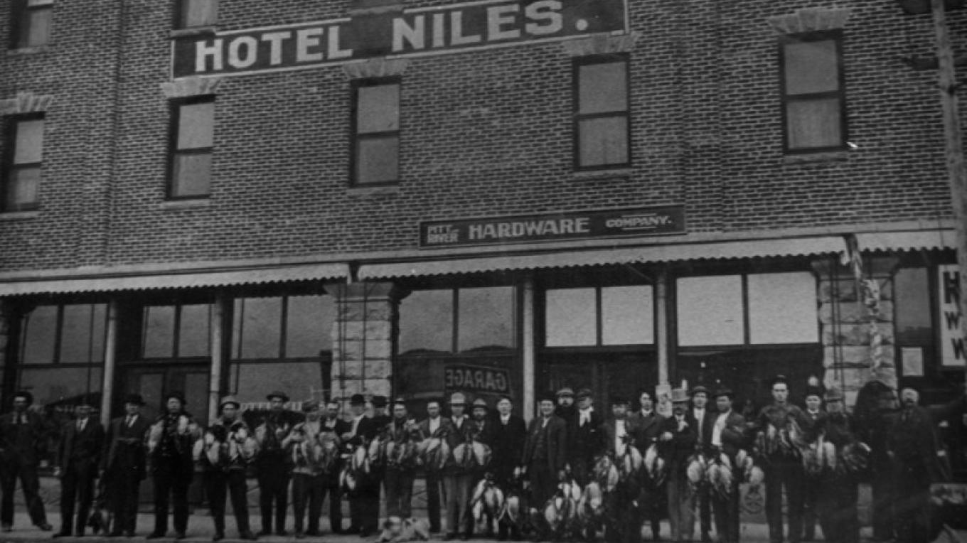 In front of the Niles Hotel. Alturas Gun Club annual duck hunt. – Courtesy of the Modoc County Museam