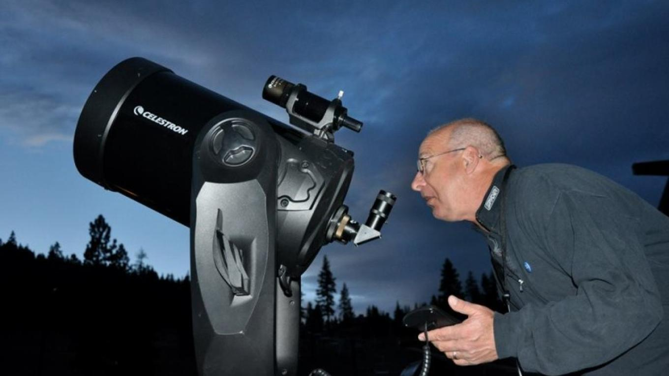 Tony charting the night skies above Tahoe for star lovers. – Tahoe Star Tours Facebook Page
