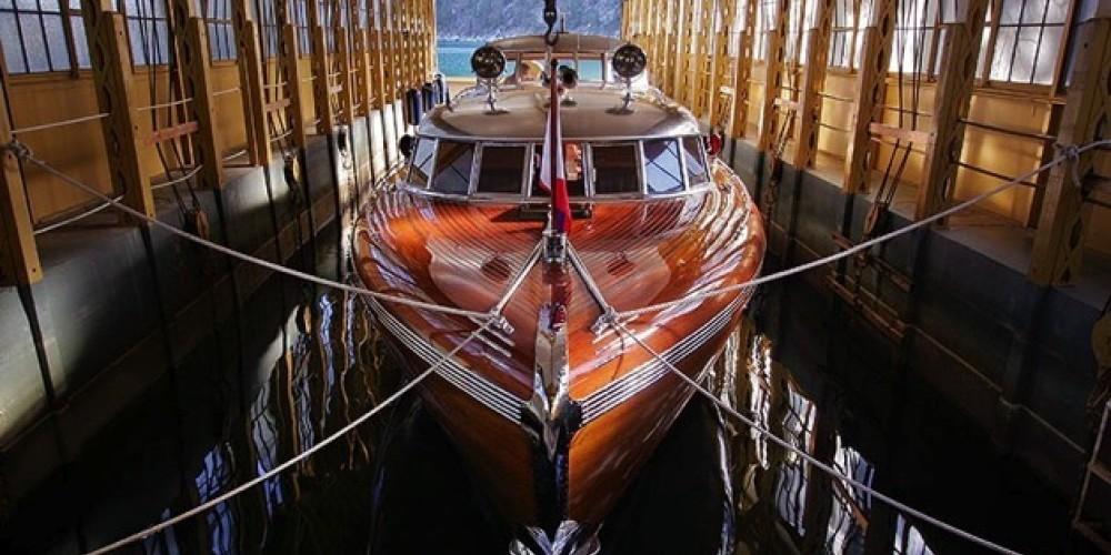 Thunderbird Yacht in Boathouse – Dewitt Jones