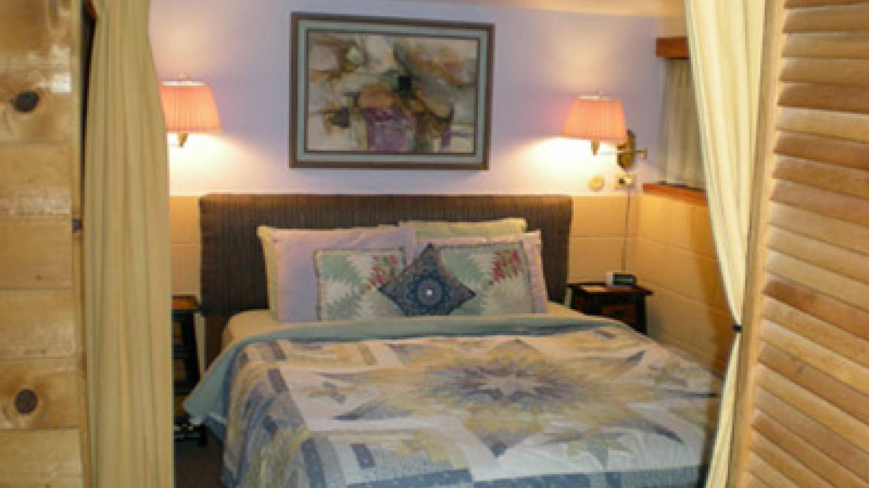 Cort Cottage Bed and Breakfast, view of bedroom – Elsah Cort