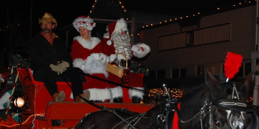 Santa and Mrs Claus arrive in Sutter Creek for Christmas open house. – Klosowski