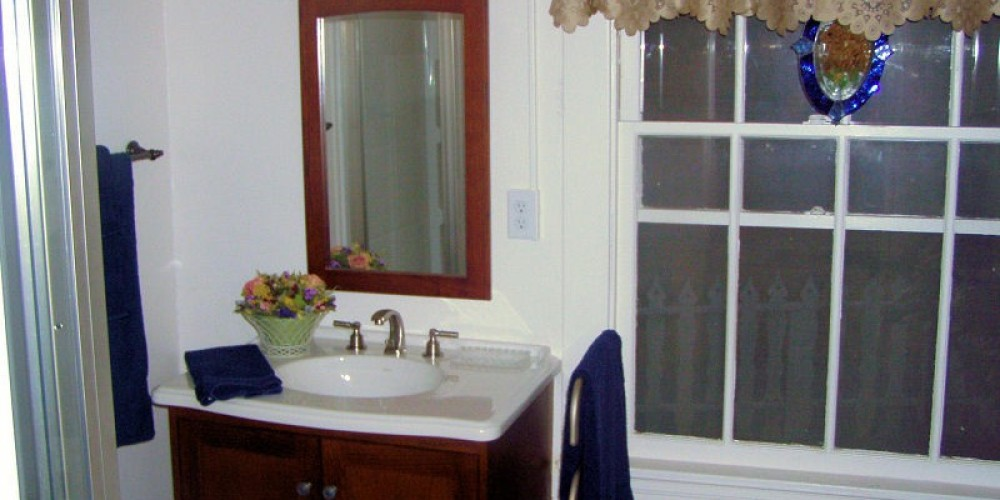 The bathroom facilities are well decorated and very comfortable at Lyn-Mar Pond Guest Ranch.