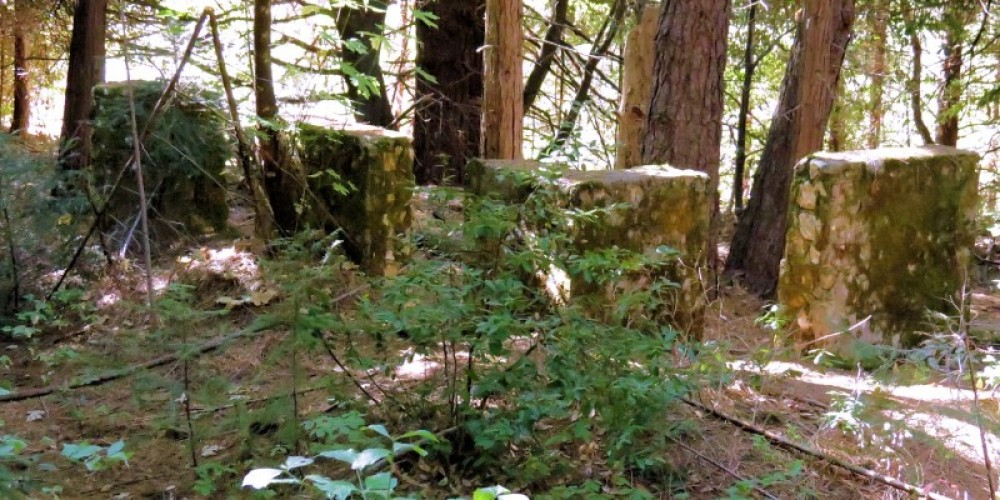 Present day front foundation pillars. These can be seen in original b/w photos. – Finnon, 2012