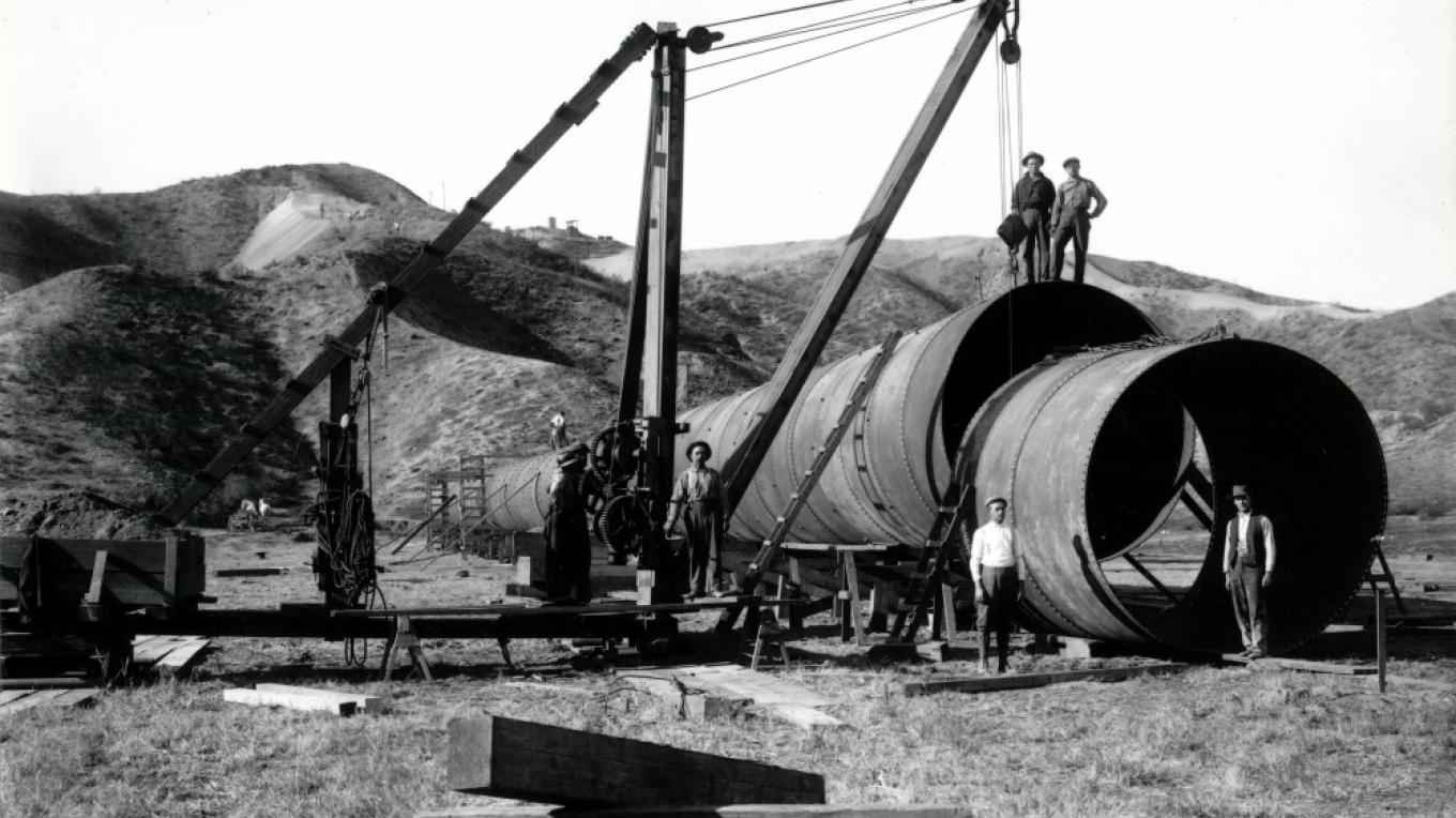 Workers construct the large aqueduct pipeline that will carry Owens Valley water through the desert to Los Angeles. – Courtesy Eastern California Museum