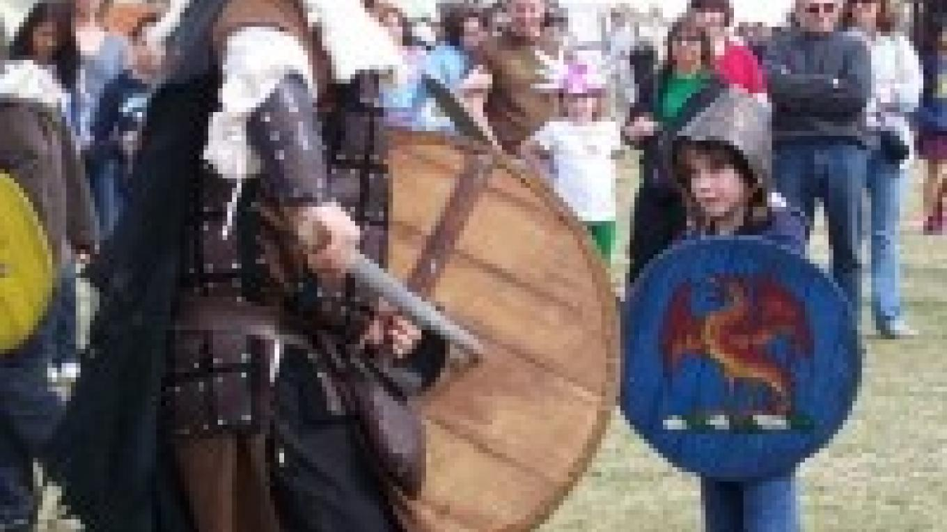 Children swordfighting – courtey Sonora Celtic Faire