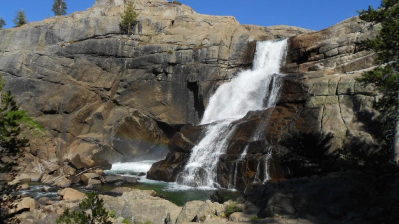 The trail descends near Tuolumne Fall on the way to Glen Aulin