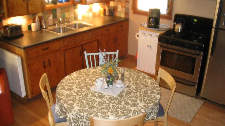 Kitchen/dining at Fivespot Cabin – Mahalia LoMele