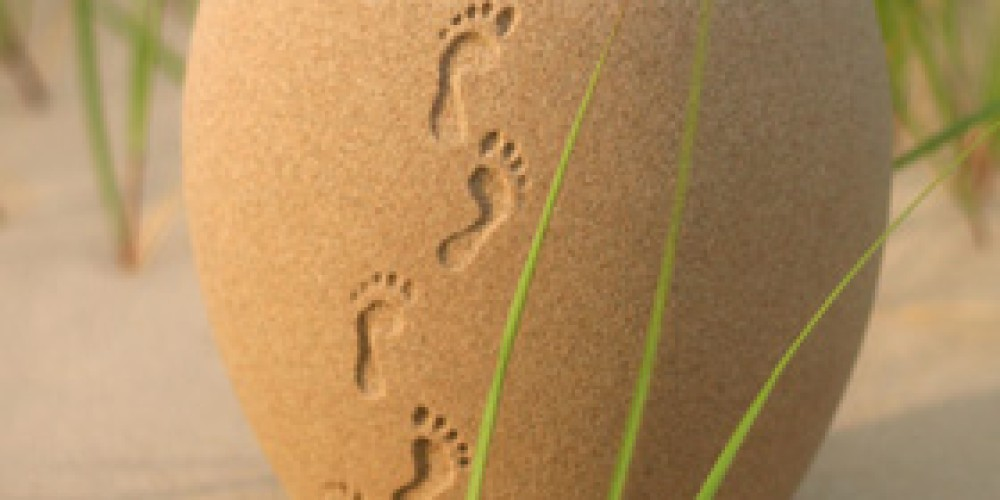 Foots In The Sand Art Urn – Stock Image
