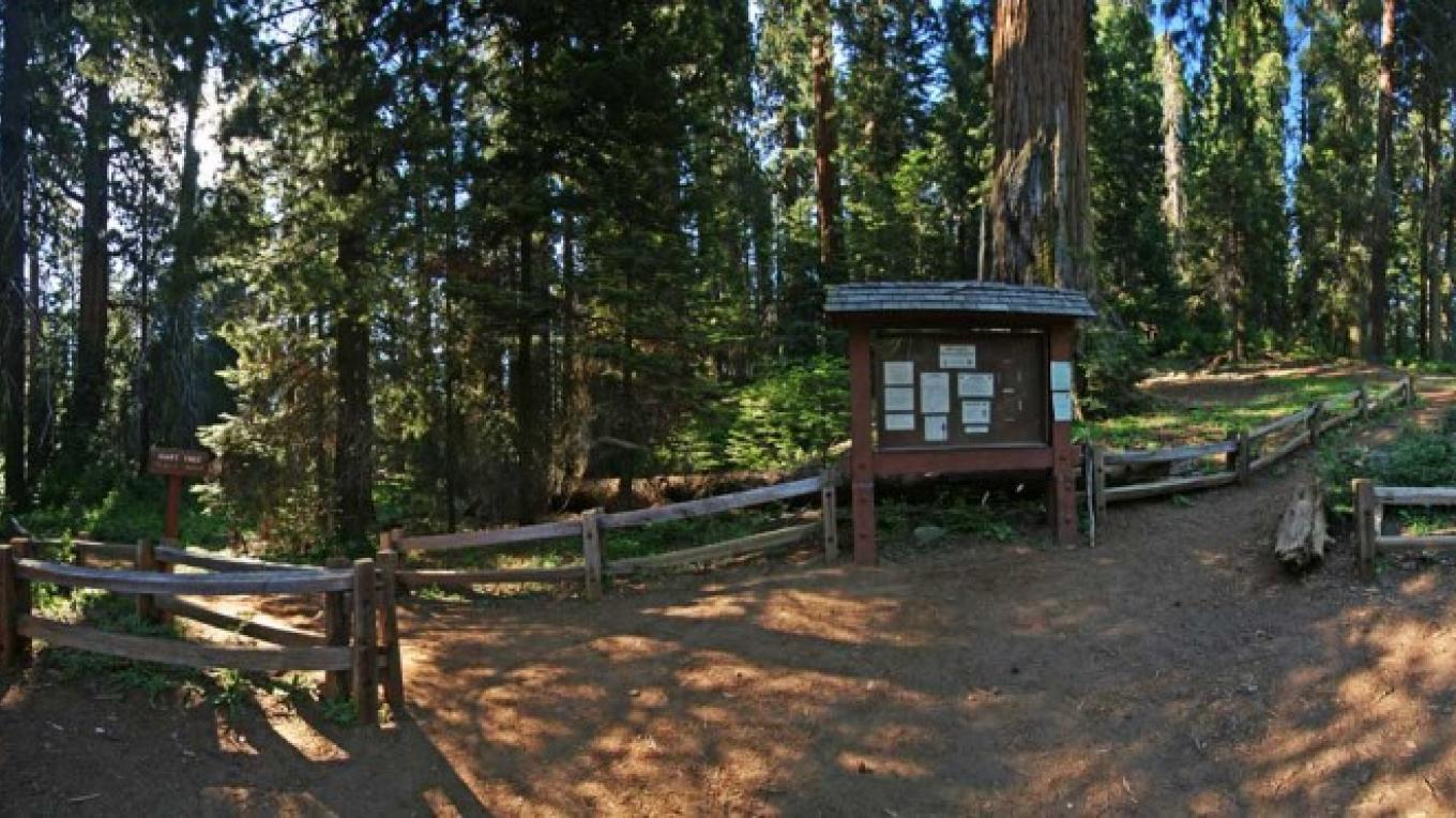 The trailhead at Redwood Saddle. – NPS/Rick Cain