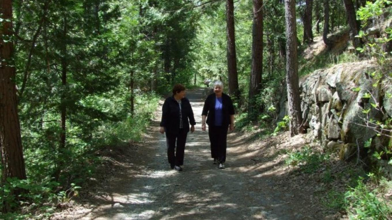 Two friends enjoying a hike on the Tribute Trail – American Rivers