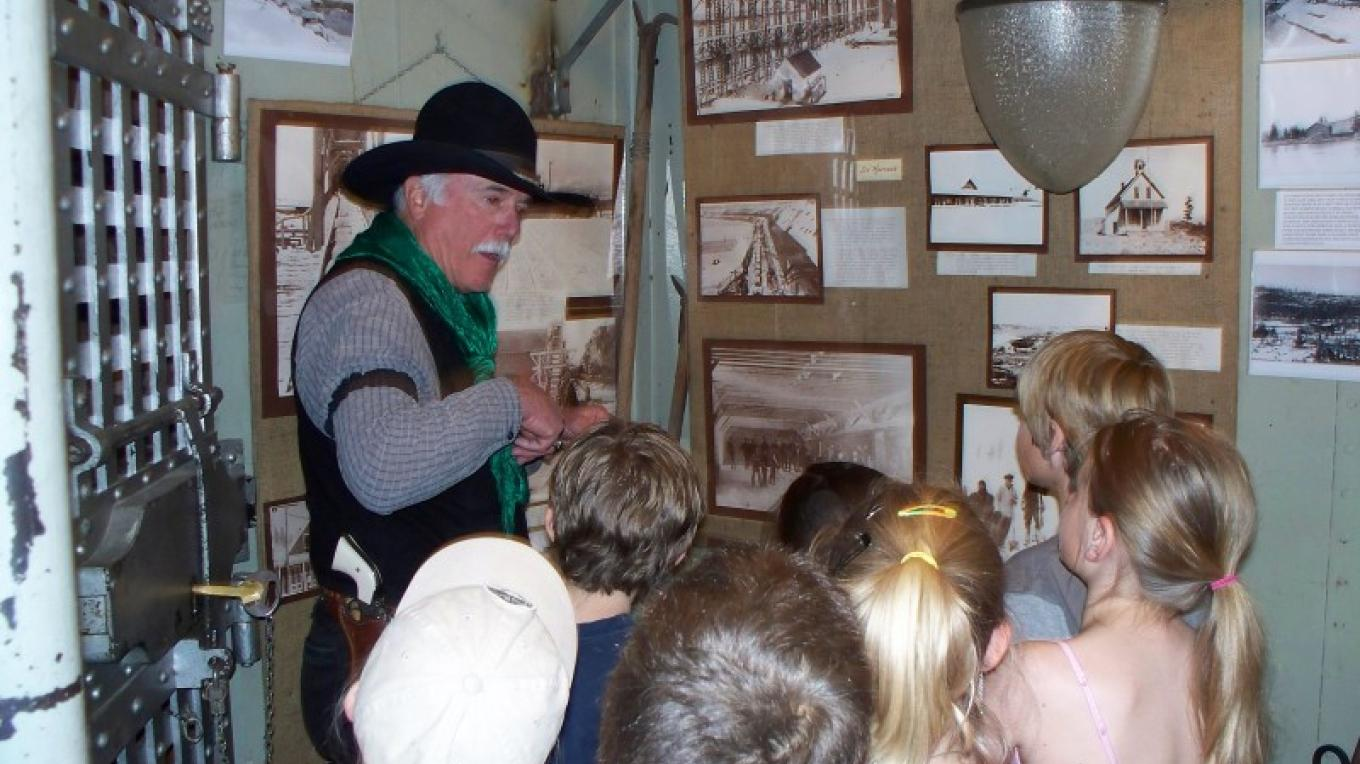 Inside the Old Jail local 3rd Grade class getting history lesson from Railroad Regulator Captain Culpepper. – © 2008 Truckee Donner Historical Society All Rights Reserved