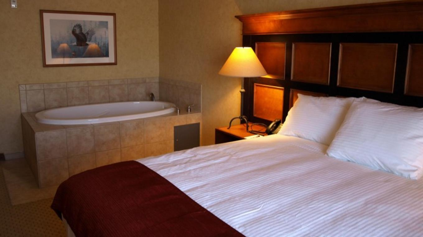 5 spa suites with king size bed and whirlpool tub. NO pipes so no bacteria build up between uses. – Diamond Mountain Casino and Hotel