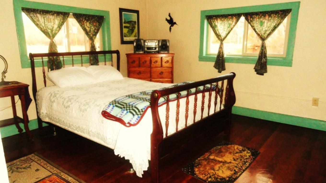 The Bed room with a comfy cozy queen size bed – kimAnna cellura-Shields