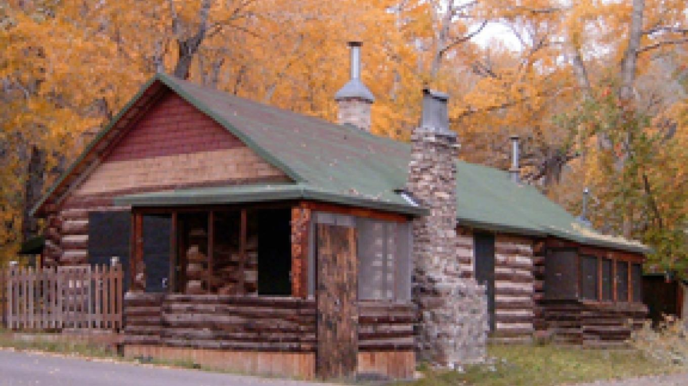 One of several log cabins that are still in use. – Carmin