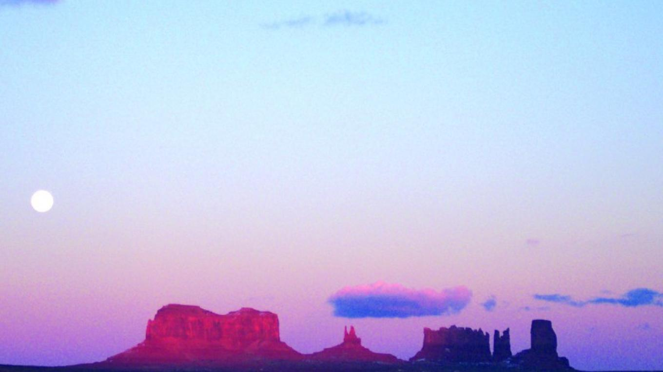 Monument Valley at sunset and moonrise. – Gouldings Lodge