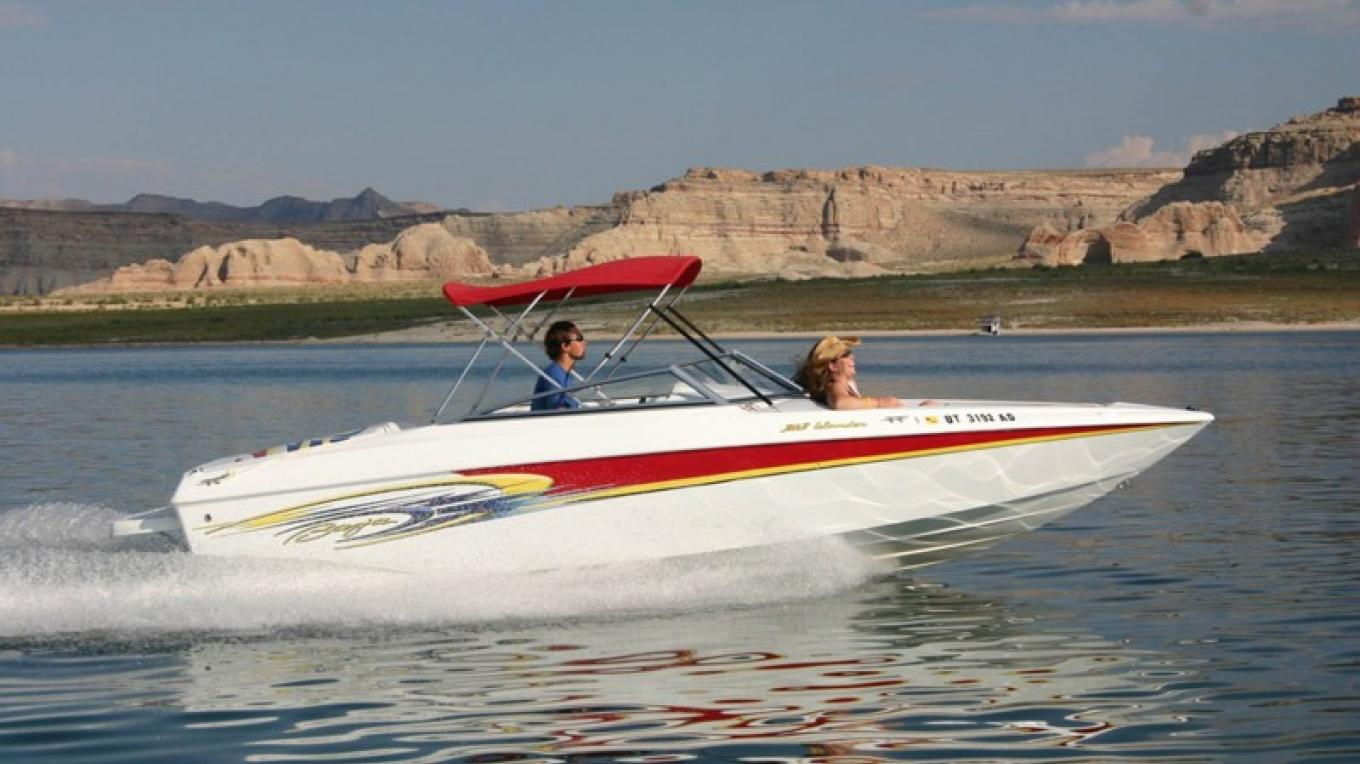 Boating through the calm blue water of Lake Powell. – Aramark