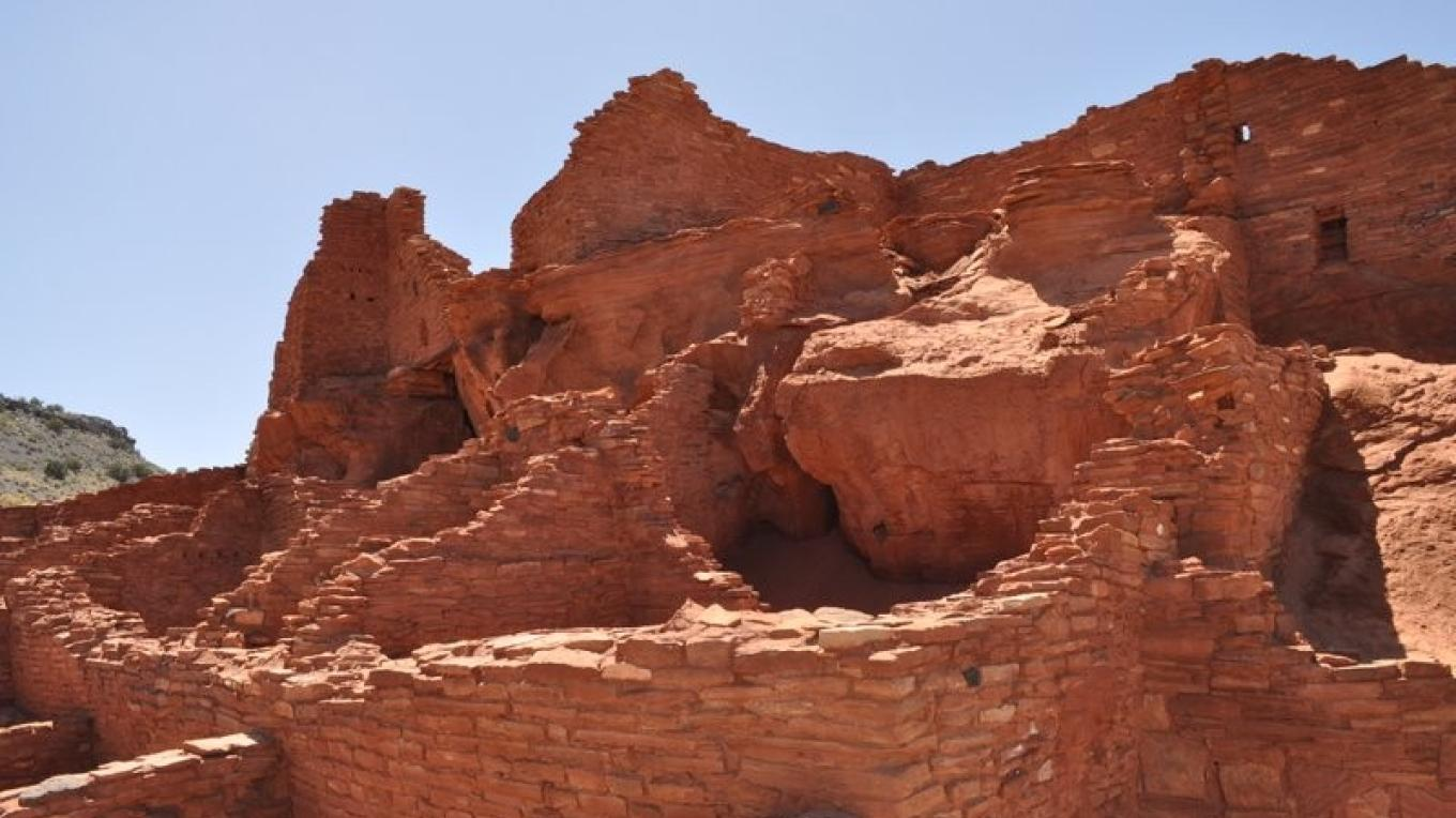 The sandstone boulders provided a solid foundation for thise ancient stone masons. – Ron Robinson, Arizona Archaeological Society