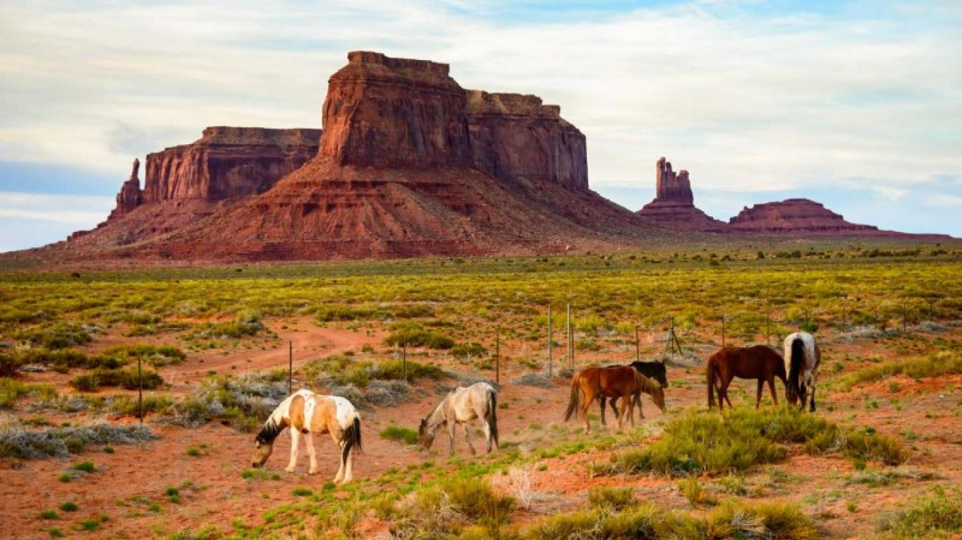 Monument Valley Navajo Tribal Park – iStock / zrfphoto
