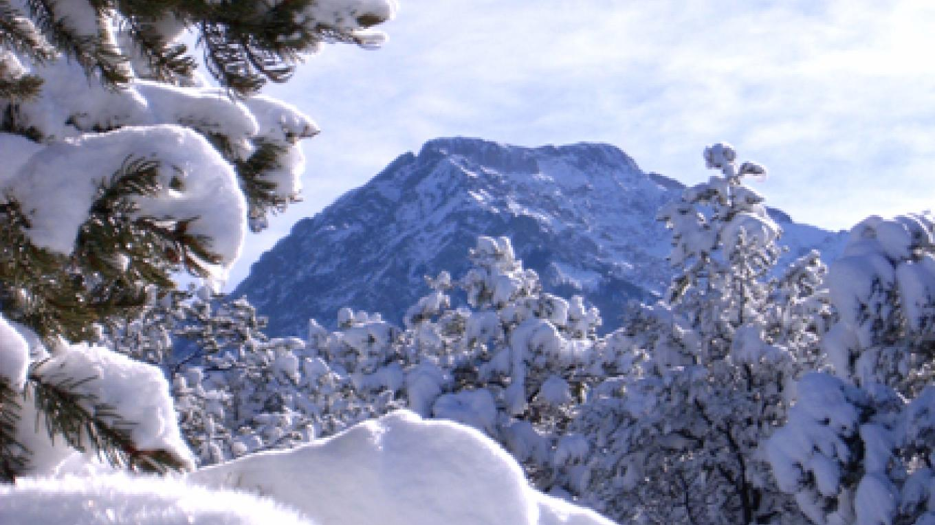 Challenger Peak, a popular hiking destination, stands as a protective presence above the town. – Carmin