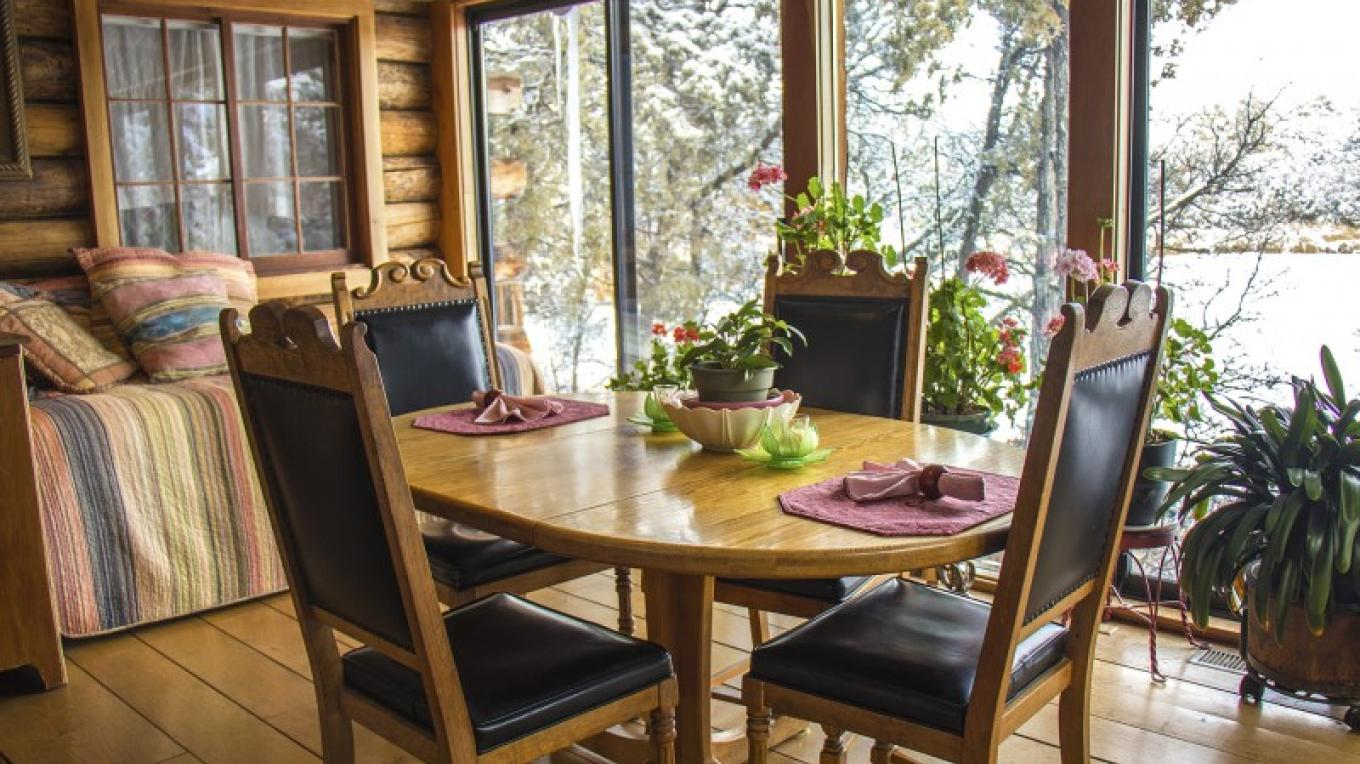 Dinning area in Bungalow. Private Panorama view of Lake – katknip