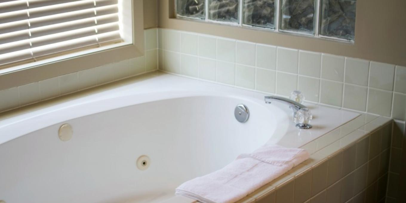 Deluxe Suite jetted tub