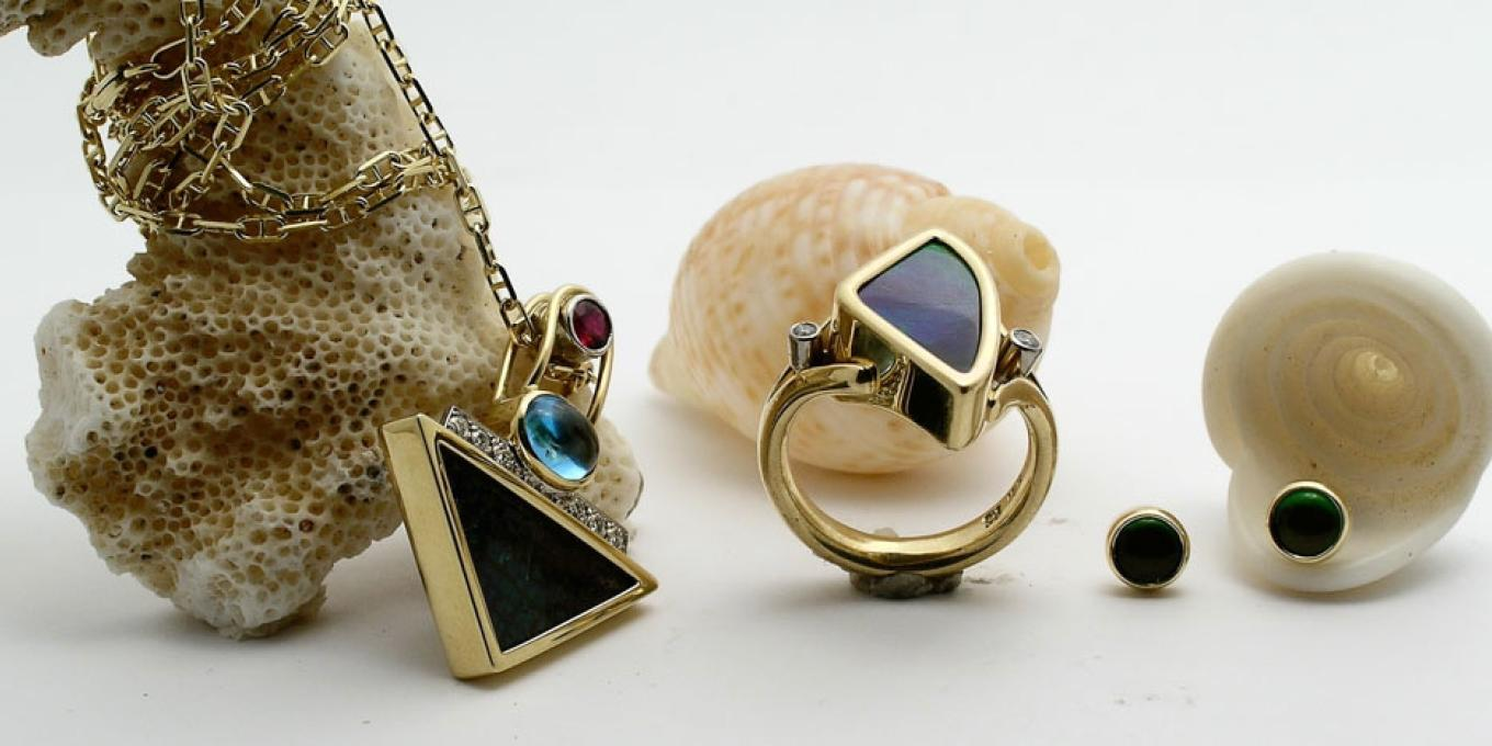 We always have a breathtaking collection of the best of Alberta's Ammolite jewelry in stock. – Come in and see the beauty of natural unadulterated Ammolite gems.